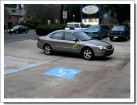Une voiture qu'elle est pas bien garer !