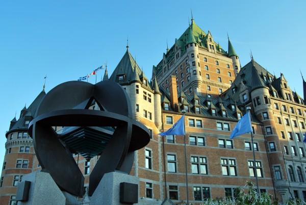 Canada : symbole de l'Unesco devant le château de Frontenac à Québec