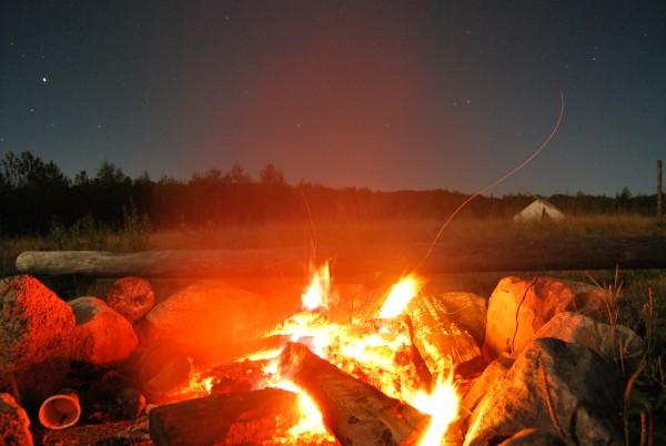Canada : feu de camp la nuit